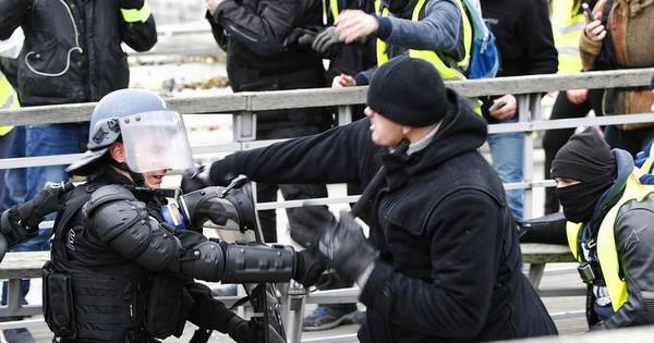 """Cảnh sát Pháp đụng độ… cựu vô địch boxing đi biểu tình """"Áo vàng"""""""