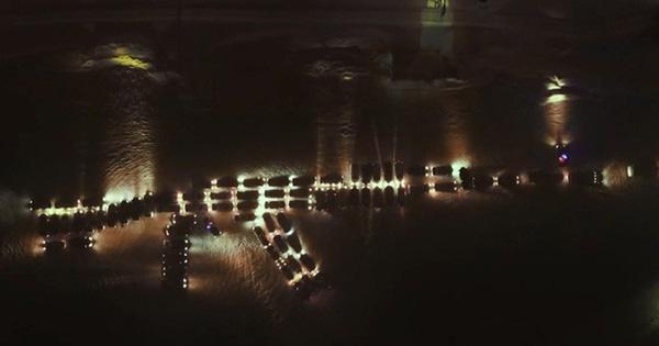 Tạo hình ấn tượng súng AK-47 khổng lồ bằng hàng chục ô tô