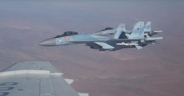 Cận cảnh tiêm kích Su-35 nhìn từ phi cơ chở Bộ trưởng Quốc phòng Nga