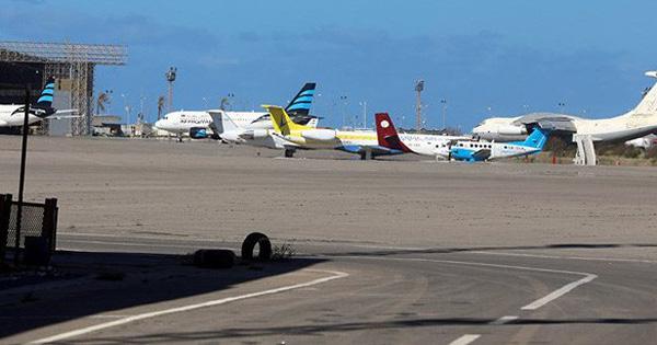 """Sân bay duy nhất của Libya lại phải đóng cửa giữa """"cơn mưa"""" không kích ở Tripoli"""