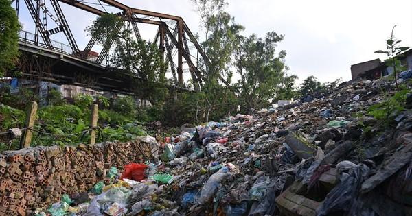 Kinh hãi bãi rác thải khổng lồ dưới chân cầu trăm tuổi Long Biên