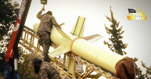 """[ẢNH] Phiến quân khoe tên lửa """"siêu khủng"""", dọa san phẳng căn cứ Hmeimim"""