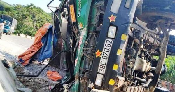 Nghệ An: Xe chở đá lật nghiêng ở dốc Kẻ Gai, tài xế chết thảm trong cabin