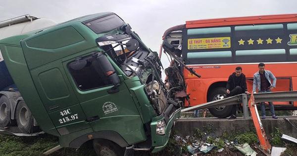 Hiện trường vụ tai nạn liên hoàn giữa 2 xe khách và xe đầu kéo