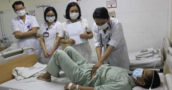 Bác sĩ giật mình vì 20 con giun bám lúc nhúc trên thành ruột bệnh nhân hút máu