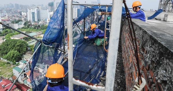 Cận cảnh công nhân tháo dỡ các tầng vi phạm của tòa nhà 8B Lê Trực