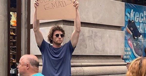 Cầm bảng biểu tình trên phố với những dòng chữ 'siêu mặn', chàng trai bất ngờ nổi đình đám và trở thành hiện tượng MXH