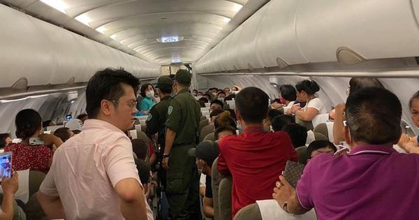 Nam hành khách phải rời máy bay vì lăng mạ tiếp viên, khách xung quanh do tranh giành chỗ