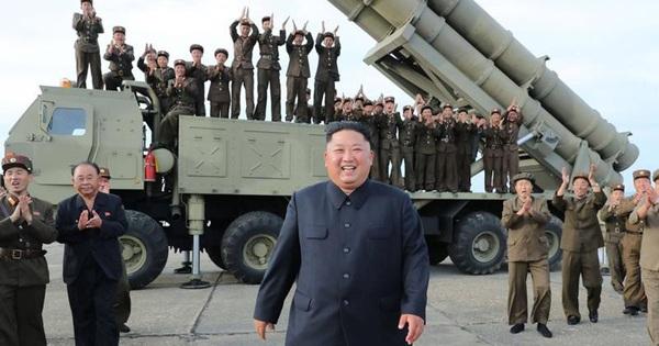 """Ông Kim Jong-un xuất hiện, thảo luận biện pháp tăng cường khả năng """"răn đe hạt nhân"""" của Triều Tiên"""