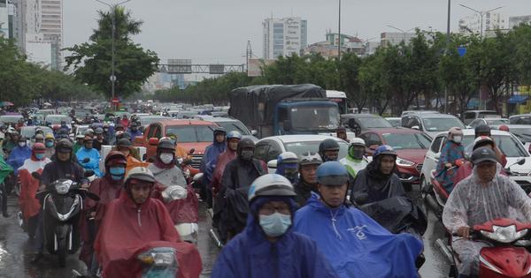 """[Video] Cơn mưa đầu tuần khiến người Sài Gòn """"chật vật"""""""