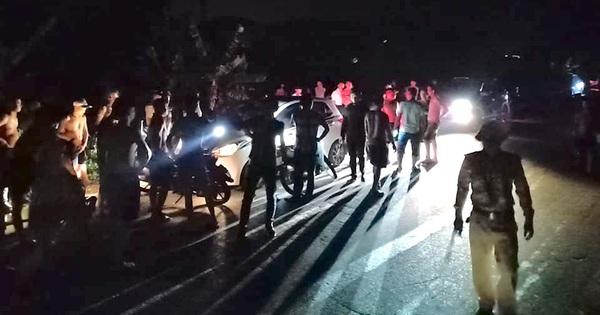 Hàng chục người đuổi theo chặn chiếc xe con đâm CSGT rồi bỏ chạy