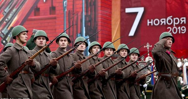 Vừa thoát khỏi nguy hiểm, Nga đã sẵn sàng khoe sức mạnh quân sự