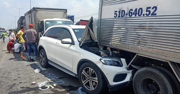Tai nạn liên hoàn 11 xe đâm nhau trên QL1 khiến nhiều phương tiện bẹp dúm