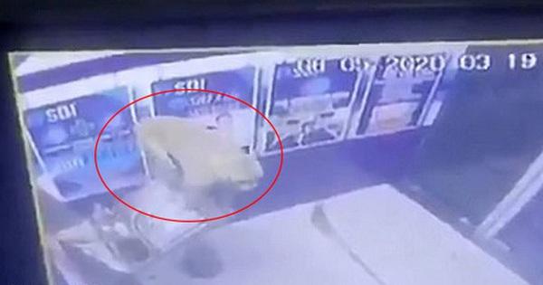 Cây ATM bị phá tan tành sau một đêm, cảnh sát kiểm tra camera an ninh và phát hiện thủ phạm là kẻ không ai ngờ tới