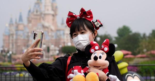Hôm nay Disneyland Thượng Hải mở cửa trở lại sau 3 tháng, vé đã được bán hết sau vài phút
