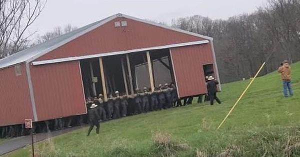 Khoảnh khắc 300 anh trai Amish hò dô ta dùng tay không 'bế' thốc cả cái nhà kho to bự qua một cánh đồng