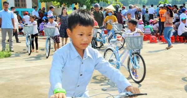 Nghệ An: Trao tặng 275 xe đạp cho học sinh nghèo vượt khó