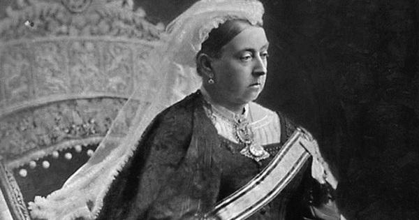 Câu chuyện ly kỳ về Boy Jones, gã trai thầm thương trộm nhớ Nữ hoàng Victoria rồi cả gan ăn cắp nội y của bà khiến hoàng gia Anh bị chỉ trích