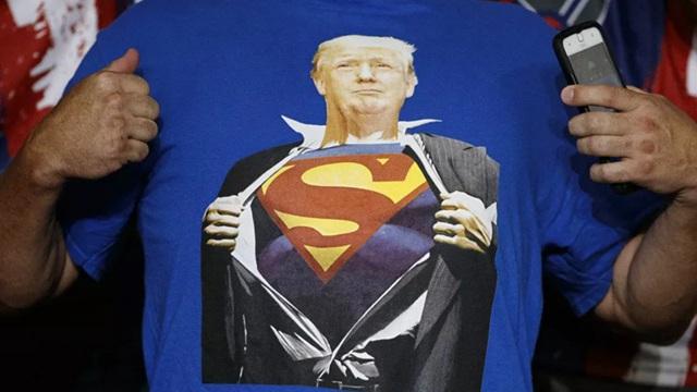 Báo Mỹ: Ông Trump từng định mặc áo siêu nhân khi xuất viện