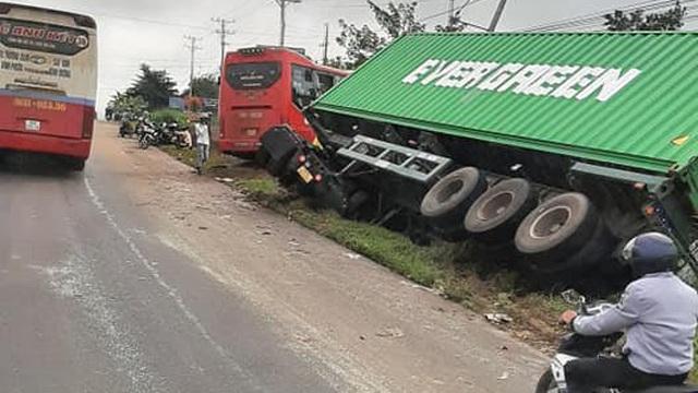 Xe khách tông xe tải và xe container ở Bình Phước, 5 người thương vong