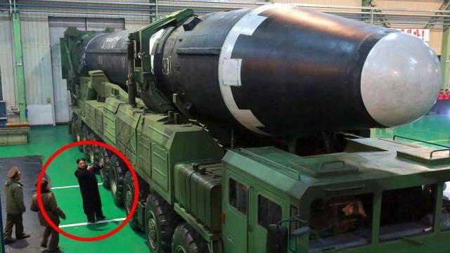 """Tên lửa lớn nhất thế giới của Triều Tiên: """"Quái vật hạt nhân"""" hay chỉ là mô hình?"""