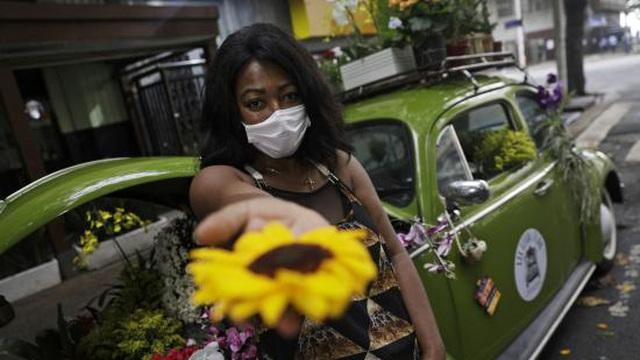 Kinh doanh thua lỗ do dịch bệnh, cô chủ tiệm hoa trở thành nhân vật hot nhất nhì Brazil nhờ một ý tưởng táo bạo