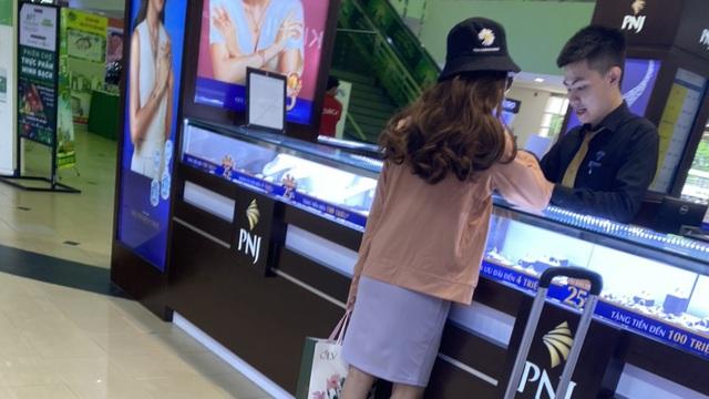 Khởi tố cô gái 24 tuổi dọa nổ bom, cướp 2,1 tỷ đồng chi nhánh ngân hàng ở Sài Gòn rồi đi sắm kim cương