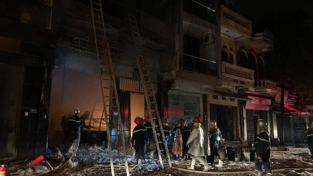 Giải cứu 5 người bị mắc kẹt trong cửa hàng kinh doanh gas bị cháy