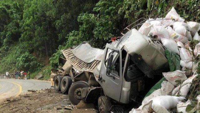 Xe tải mất lái ở Quảng Nam, tài xế tử vong trong cabin bẹp rúm
