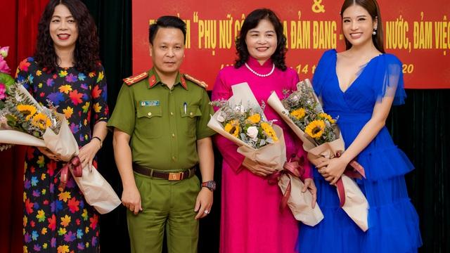 Hoa hậu Phan Hoàng Thu chấm thi nhan sắc cho các nữ công an