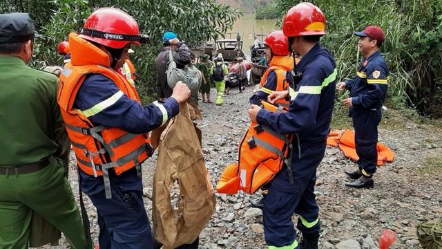 Tiếp tục tìm kiếm 16 công nhân mất tích ở Thủy điện Rào Trăng 3; 2 cano và 5 thuyền lớn ngược dòng lòng hồ thủy điện đến Rào Trăng 4