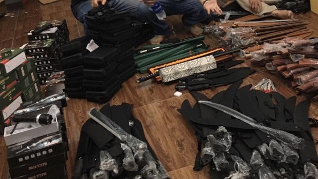 """Chặn người đàn ông đi xe máy, công an phát hiện kho vũ khí  """"khủng"""" ở Sài Gòn"""