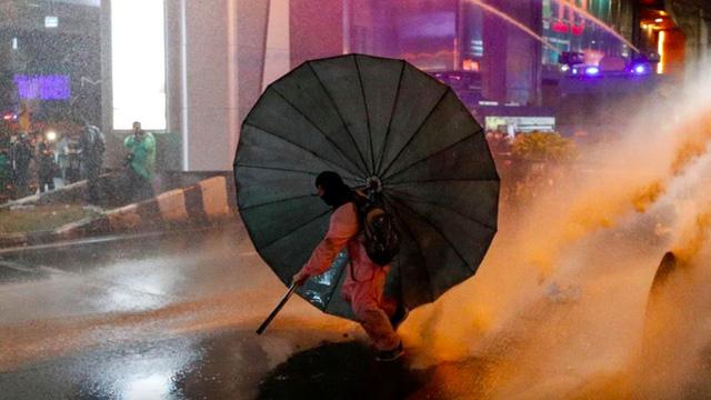 Cảnh sát dùng vòi rồng, các thủ lĩnh Thái Lan tuyên bố chấm dứt biểu tình