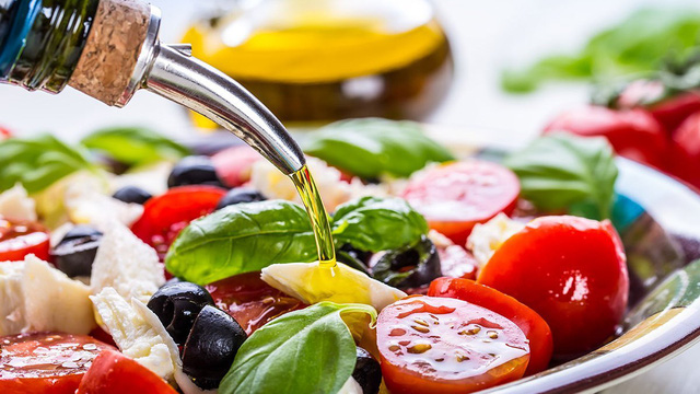 Vì sao dầu ô liu được coi là dầu tốt cho sức khoẻ nhất, chế độ ăn kiểu Địa Trung Hải ưu tiên tiêu thụ?