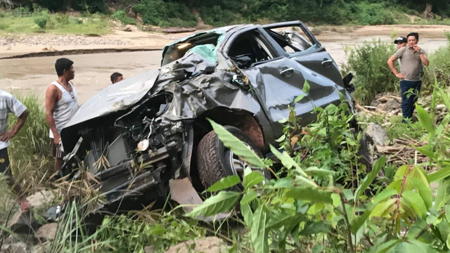 Ô tô chở thầy hiệu trưởng, hiệu phó và cô giáo tiểu học rơi xuống vực sâu, 2 người tử nạn