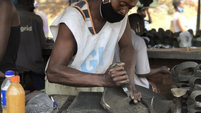 Nghệ nhân Zimbabwe biến lốp xe hơi cũ thành những đôi dép độc đáo