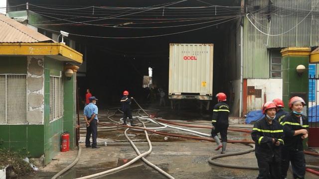 Cháy xưởng gỗ rộng hàng nghìn mét vuông ở Sài Gòn