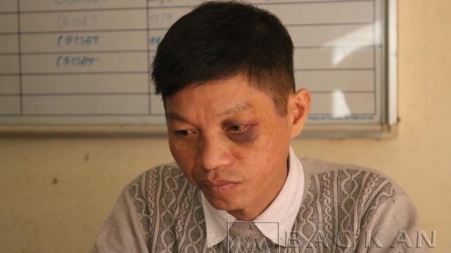 Không đội mũ bảo hiểm, người đàn ông đâm thẳng xe vào CSGT rồi trốn trong nhà dân cố thủ