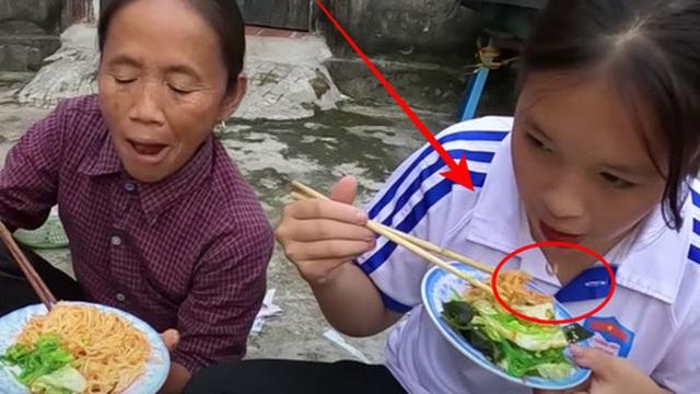 'Khách ăn chực' nhà bà Tân Vlog bị netizen tố nhè đồ ăn mà nói dối 'ngon lắm': Vì góc quay hay vì đồ bà nấu có vấn đề đây?