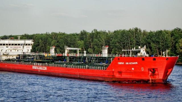 """NÓNG: Cháy nổ dữ dội, tàu chở dầu Nga có thể chìm ngay tại vùng biển """"nhạy cảm""""?"""