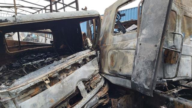 Tai nạn liên hoàn, xe container đấu đầu xe tải rồi 2 xe cháy trơ khung trên Quốc lộ 1A