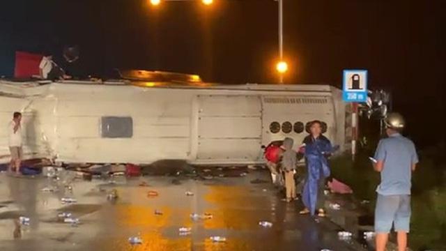 Xe khách lại gây tai nạn trên Quốc lộ 1, nhiều người mắc kẹt