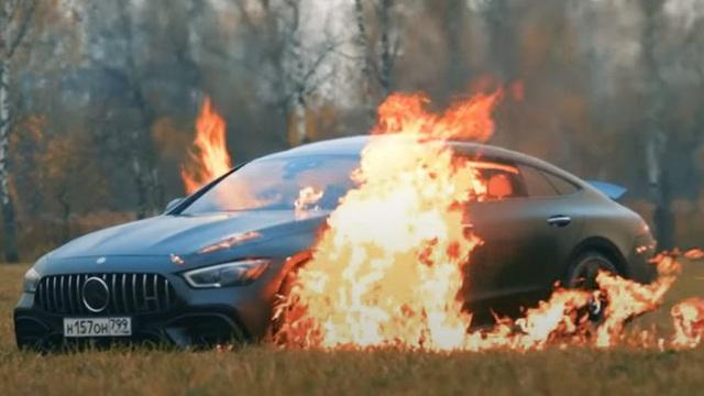 Phản đối nhà sản xuất, vlogger nổi tiếng có 5 triệu người theo dõi tưới xăng đốt siêu xe