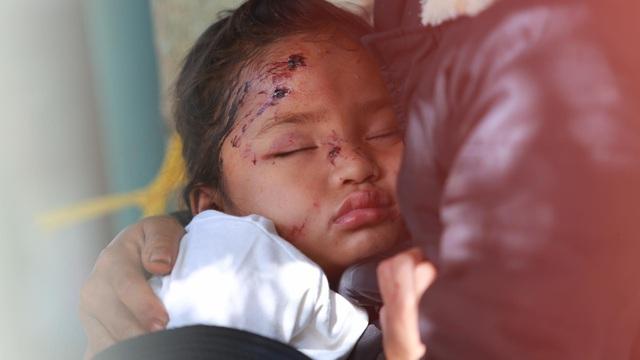 Ảnh cập nhật nóng từ hiện trường ở Trà Leng: 33 nạn nhân được đưa ra Quốc lộ bằng võng để cứu hộ y tế