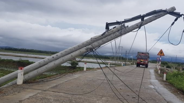 """Bộ Xây dựng chỉ rõ nguyên nhân hơn 600 cột điện bị """"hạ gục"""" trong 30 phút mưa bão số 5"""