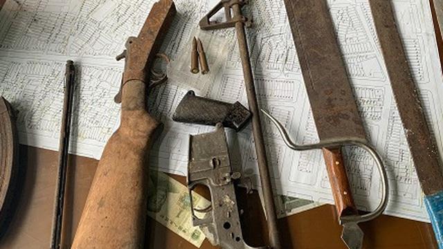 Người dân Sài Gòn mang nhiều bộ phận của súng, đạn, vũ khí nguy hiểm đến công an nộp