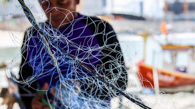 Thấy chiếc bình cổ vướng vào lưới đánh cá, người ngư dân nhặt lên và mở nút ra xem, suýt mất mạng vì thứ bên trong