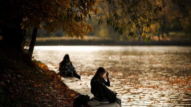 24h qua ảnh: Cặp tình nhân tận hưởng mùa thu bên bờ sông ở Nga