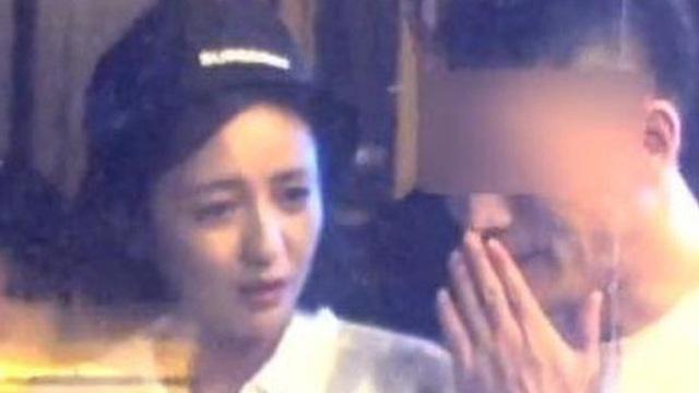 Sau Triệu Vy, thêm mỹ nhân Tân Cương bị paparazzi 'tóm sống' cảnh ngoại tình, nắm tay trai trẻ cười đùa ngay trên phố?