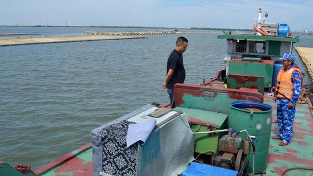CLIP: Cảnh sát biển tạm giữ trên 20.000 lít dầu không rõ nguồn gốc